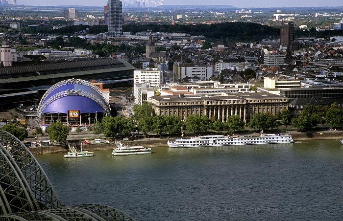 Blick vom KölnTriangle: Rhein Hauptbahnhof Hohenzollernbrücke KölnTurm Musical Dome