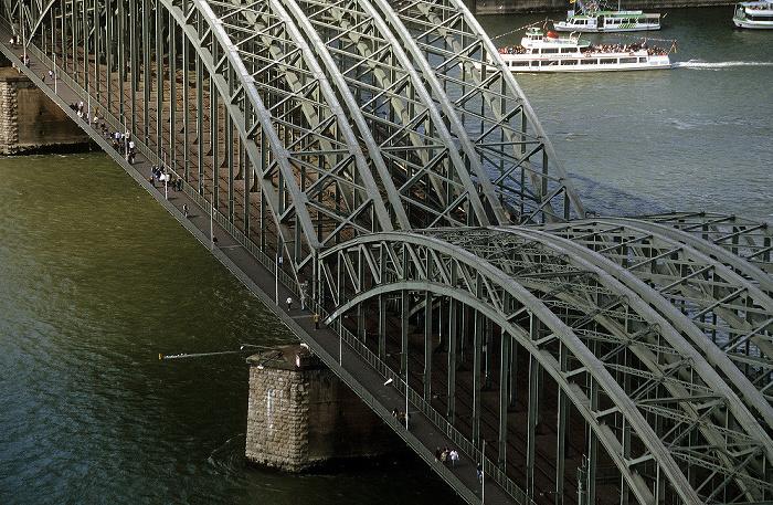 Blick vom KölnTriangle: Hohenzollernbrücke über den Rhein