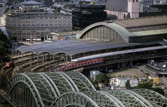 Blick vom KölnTriangle: Hohenzollernbrücke, Hauptbahnhof St. Mariä Himmelfahrt