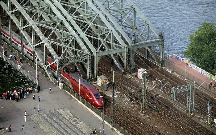 Blick vom KölnTriangle: Hohenzollernbrücke, Rhein