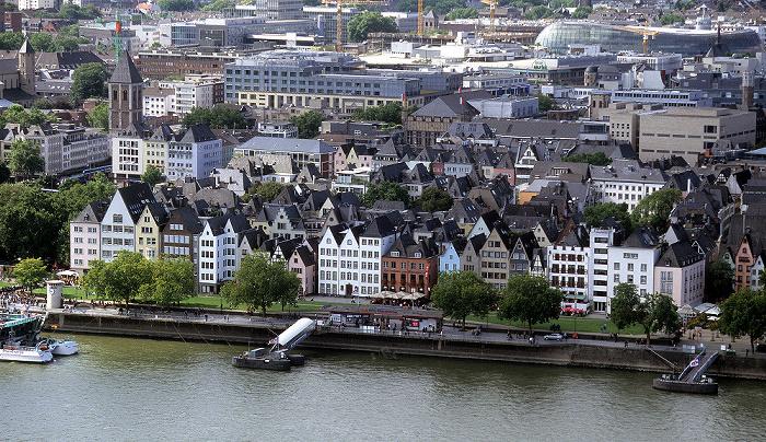 Blick vom KölnTriangle: Altstadt, Rheingarten, Rheinufer, Rhein