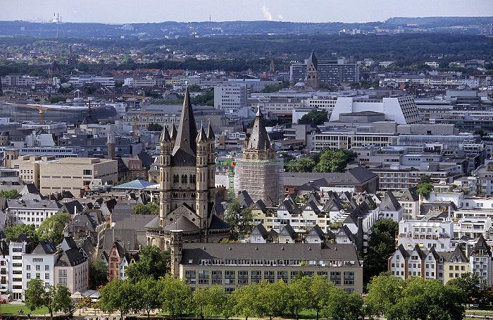 Blick vom KölnTriangle: Altstadt mit Groß St. Martin und Kölner Rathaus Rheingarten