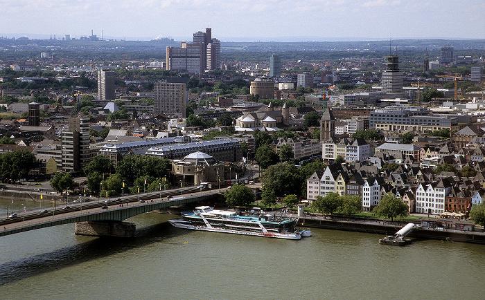 Blick vom KölnTriangle: Deutzer Brücke, Rhein, Altstadt Hotel im Wasserturm St. Maria im Kapitol