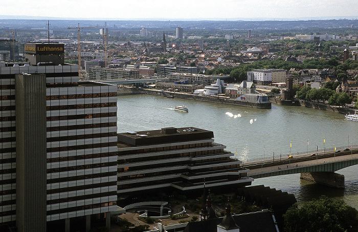Blick vom KölnTriangle: Ehem. Lufthansa-Zentrale, Deutzer Brücke, Rhein Deutsches Sport- und Olympiamuseum Rheinauhalbinsel