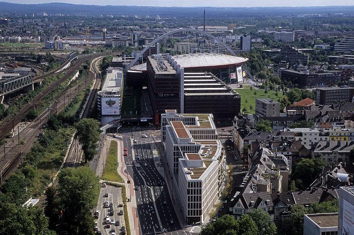 Blick vom KölnTriangle: Kölnarena (Lanxess Arena), davor das Technische Rathaus Opladener Straße Technisches Rathaus