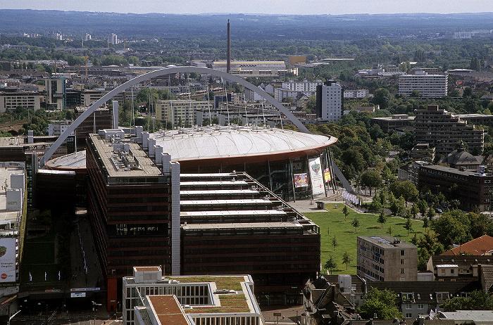 Blick vom KölnTriangle: Kölnarena (Lanxess Arena), davor das Technische Rathaus Technisches Rathaus