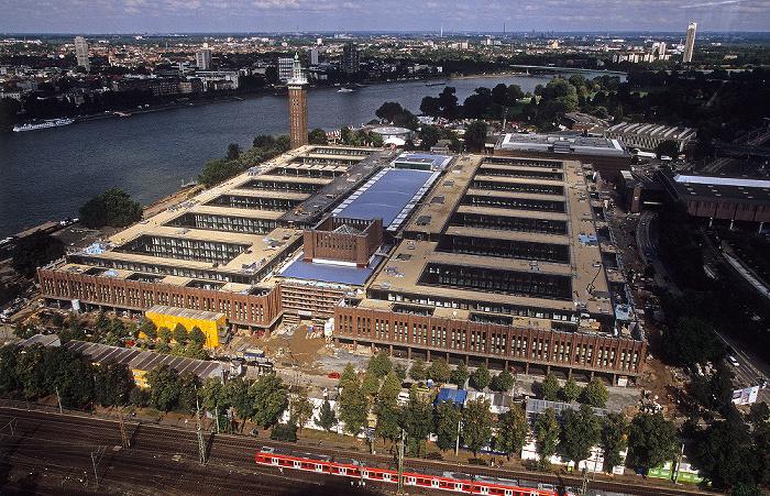 Blick vom KölnTriangle: Rheinhallen (bis 2005 koelnmesse, ab 2009 RTL), Messeturm Colonia-Haus Zoobrücke