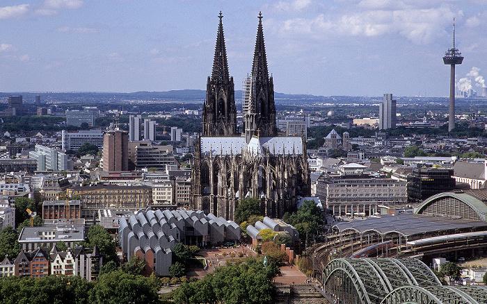 Blick vom KölnTriangle: Kölner Dom (Hohe Domkirche St. Peter und Maria) Colonius Hauptbahnhof Museum Ludwig
