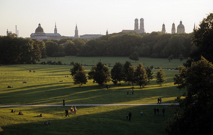 München Blick vom Monopterus: Englischer Garten Bayerische Staatskanzlei Frauenkirche Heilig-Geist-Kirche Neues Rathaus St. Peter Theatinerkirche