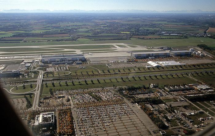 München Flughafen Franz Josef Strauß Hangar 1 Hangar 3 Hangar 4 Start- und Landebahn Süd Zentralallee Luftbild aerial photo