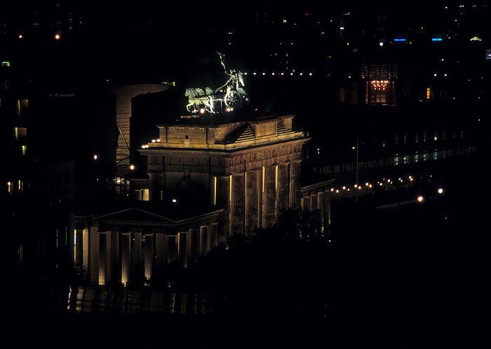 Blick vom Dach des Reichstagsgebäudes: Brandenburger Tor Berlin 2008