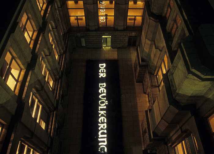 Berlin Reichstagsgebäude: Nördlicher Lichthof mit dem Kunstwerk Der Bevölkerung (von Hans Haacke)
