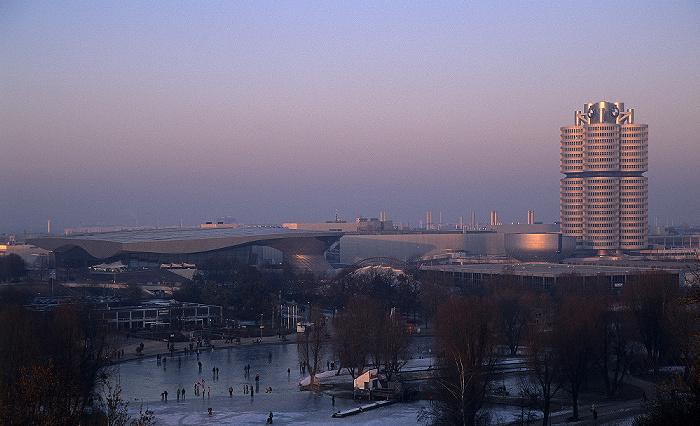München Blick vom Olympiaberg: Olympiapark mit zugefrorenem Olympiasee und Olympia-Eissportzentrum