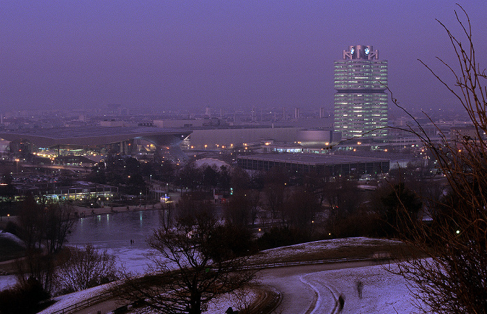 Blick vom Olympiaberg: Olympiapark mit zugefrorenem Olympiasee und Olympia-Eissportzentrum München