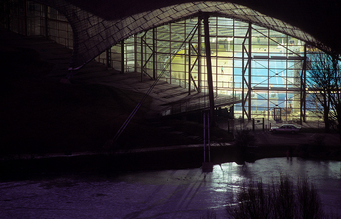 München Blick vom Olympiaberg: Olympiapark mit Olympiaschwimmhalle und Olympiasee