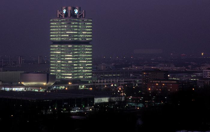 München Blick vom Olympiaberg: BMW-Museum, BMW-Hochhaus Allianz Arena