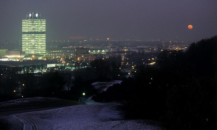 Blick vom Olympiaberg: Olympiapark, BMW-Museum, BMW-Hochhaus München 2009