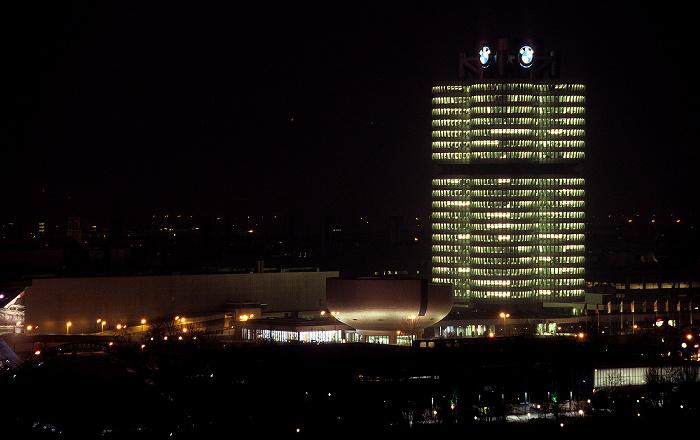 München Blick vom Olympiaberg: BMW-Werkshallen, BMW-Museum, BMW-Hochhaus