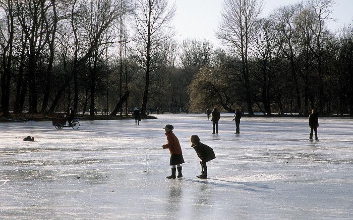 München Englischer Garten: Vereister Kleinhesseloer See