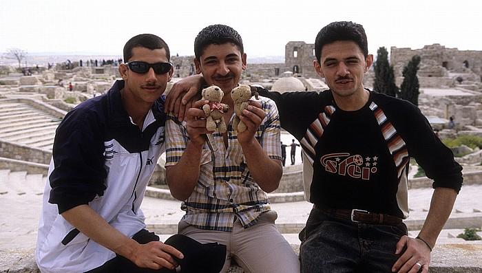 Aleppo Zitadelle: Teddine und Teddy mit einheimischen Freunden