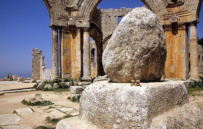 Qalaat Seman Die Toten Städte: Simeonskloster: Pilgerkirche: Oktogonalhof mit der Säulenbasis: Teddy und Teddine