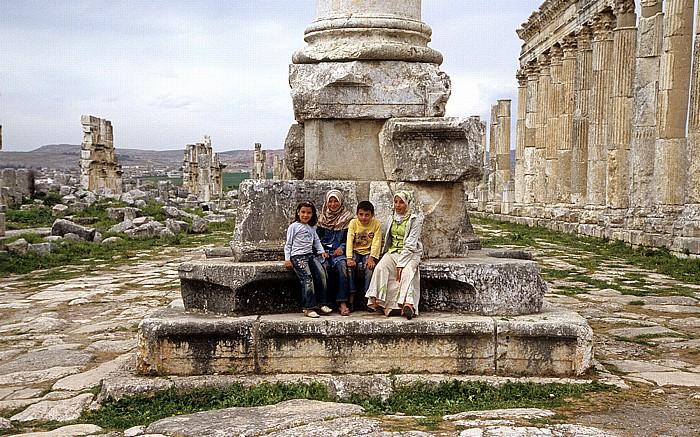 Apameia am Orontes Ruinengelände: Säulenstraße, Monumentalsäule mit syrischen Kindern