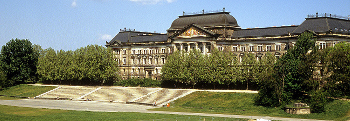 Dresden Neustädter Elbufer: Sächsisches Staatsministerium der Finanzen, Freilichtbühne