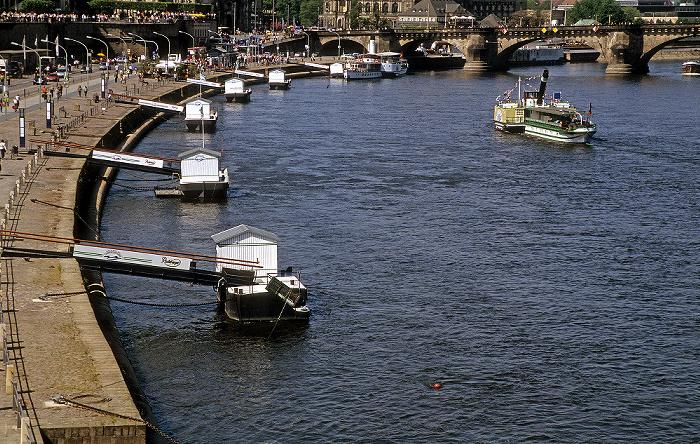 Dresden Blick von der Carolabrücke: Elbe mit Anlegestellen Augustusbrücke