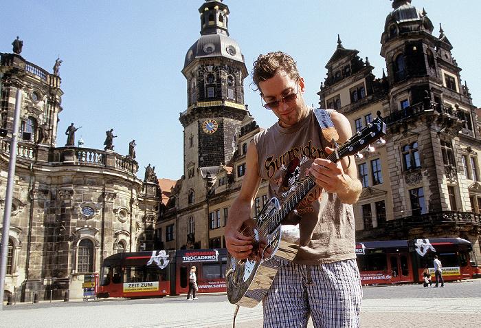 Dresden Innere Altstadt: Straßenmusikant auf dem Theaterplatz Hausmannsturm Katholische Hofkirche Residenzschloss