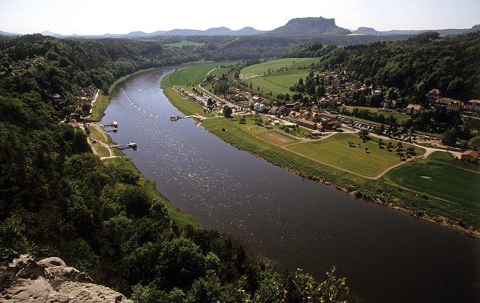 Sächsische Schweiz Blick von der Bastei: Elbe, Rathen (links Niederrathen, rechts Oberrathen) Lilienstein