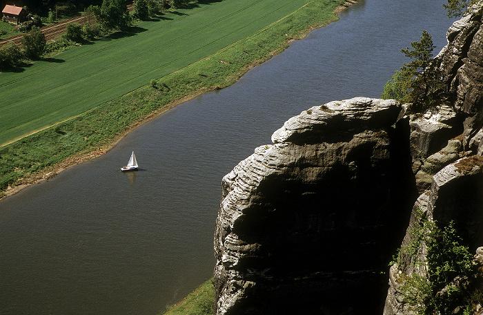 Sächsische Schweiz Blick von der Bastei: Elbe mit Segelboot, Elbsandsteingebirge