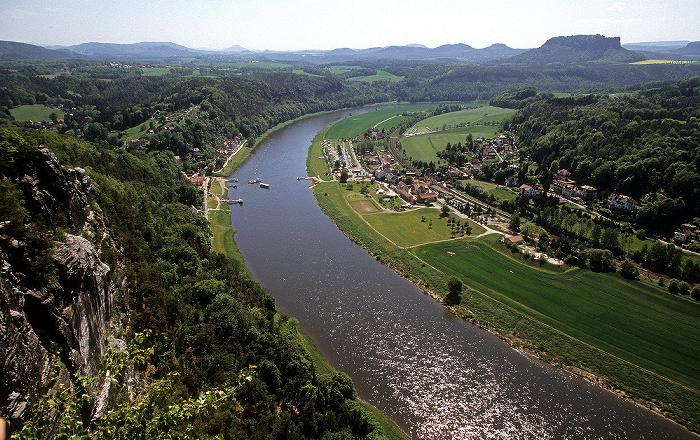 Sächsische Schweiz Blick von der Bastei: Elbe, Rathen (links Niederrathen, rechts Oberrathen), Elbsandsteingebirge Lilienstein