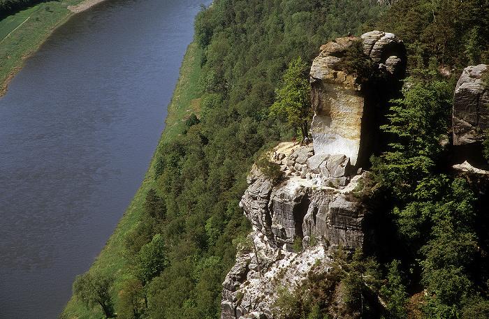 Sächsische Schweiz Blick von der Bastei: Elbe, Elbsandsteingebirge mit Wartturm