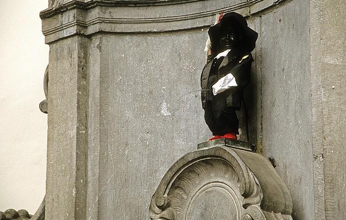 Brüssel Ecke Rue de l'Etuve und Rue des Grands Carmes: Manneken Pis mit Kostüm