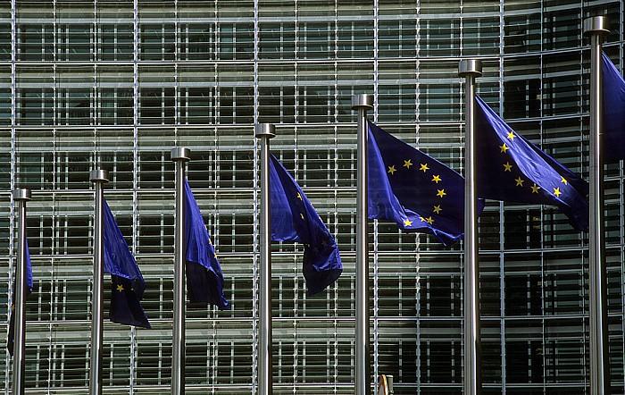 Brüssel Europaviertel: Europaflaggen vor dem Berlaymont-Gebäude