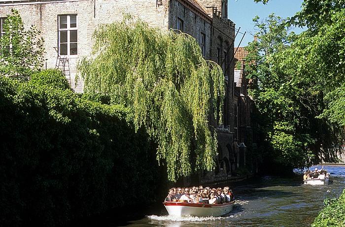 Brügge Gracht (Kanal) mit Ausflugsbooten, Trauerweiden