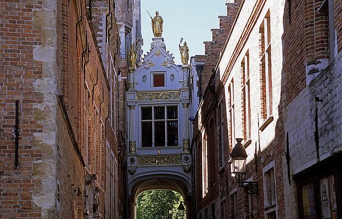 Blinde-Ezelstraat: Verbindung zwischen Rathaus (Stadhuis) (links) und Brügger Freiamt (Brugse Vrije)