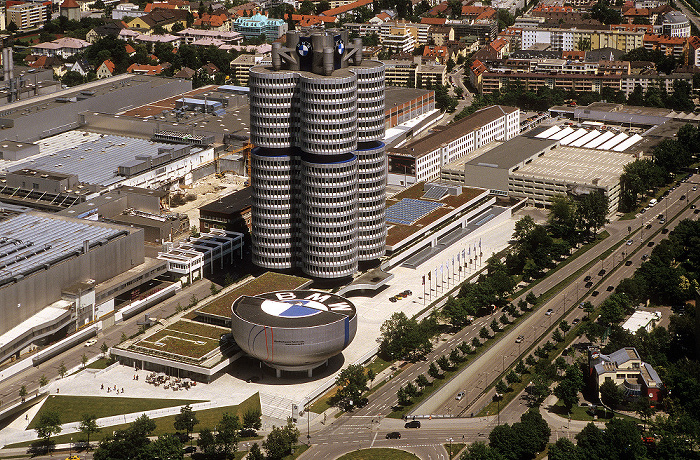 München Blick vom Olympiaturm: BMW-Hochhaus und BMW-Museum BMW-Werkshallen
