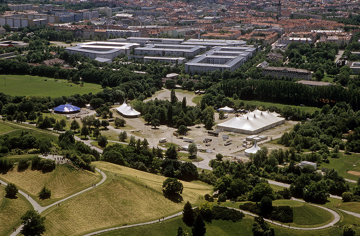München Blick vom Olympiaturm: Olympiapark mit dem Gelände des Sommer-Tollwoods