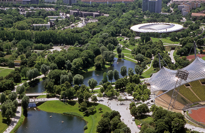 München Blick vom Olympiaturm: Olympiapark mit Olympiasee Olympiastadion