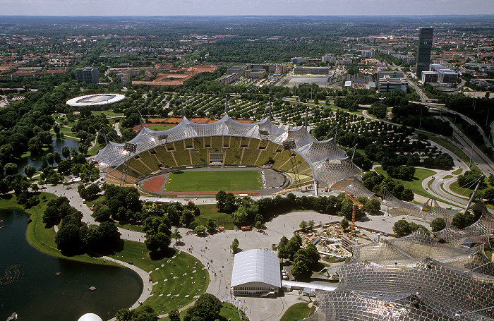 Blick vom Olympiaturm: In der Bildmitte Olympiastadion, Coubertin-Platz und Olympiahalle München 2009