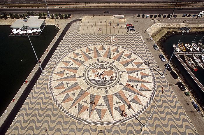 Belém: Blick vom Padrão dos Descobrimentos: Kompass auf dem Vorplatz des Denkmals Lissabon 2009