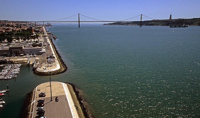 Belém: Blick vom Padrão dos Descobrimentos: Tejo Lissabon 2009