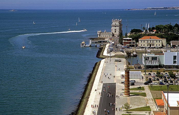 Belém: Blick vom Padrão dos Descobrimentos: Tejomündung in den Atlantik, Torre de Belém Lissabon