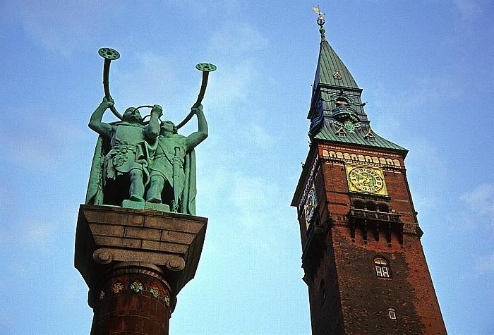 Kopenhagen Rathausplatz (Rådhuspladsen): Statue der 2 Lurenbläser, Rathaus (Københavns Rådhus)