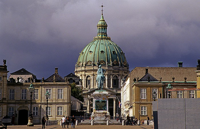Kopenhagen Schloss Amalienborg (v.l.): Palais Moltke, Reiterstandbild Frederik V., Palais Levetzau Frederikskirche