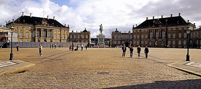 Kopenhagen Schloss Amalienborg (v.l.): Palais Brockdorff, Reiterstandbild Frederik V., Palais Schack