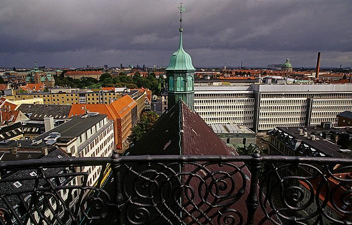 Kopenhagen Blick vom Runden Turm (Rundetårn): Dreifaltigkeitskirche (Trinitatis Kirke) Frederikskirche Runder Turm Schloss Rosenborg