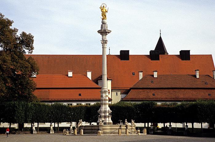 Eichstätt Altstadt: Residenzplatz: Marienbrunnen und Mariensäule Altes Stadttheater