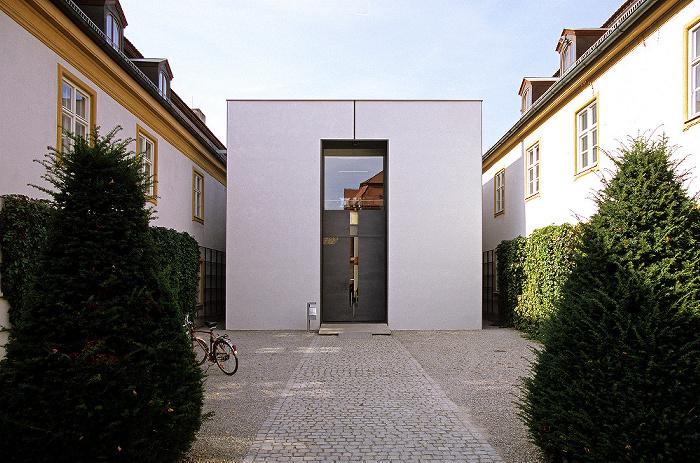 Eichstätt Universität: Ostenstraße 24: Gebäude Ehemalige Orangerie (links und rechts) / Journalistik (Mitte) Moderne Architektur
